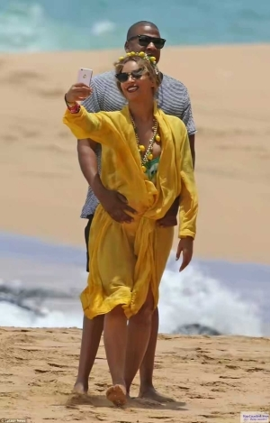 Beyonce And Jay Z Loved Up On Beach Day In Hawaii